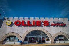 Segno esteriore su posizione di vendita al dettaglio dello sbocco di affare di Ollies fotografie stock libere da diritti