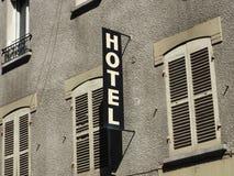 Segno esterno generico dell'hotel sulla facciata grigia Fotografie Stock