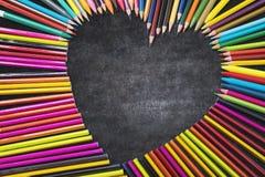 Segno a forma di colorato di amore delle matite Fotografie Stock Libere da Diritti