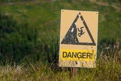 Segno giallo del pericolo e di avvertimento Fotografia Stock
