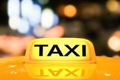 Segno giallo del taxi Fotografie Stock Libere da Diritti