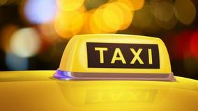 Segno giallo del taxi sull'automobile video d archivio