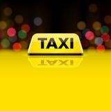 Segno giallo del tetto dell'automobile del taxi alla notte Fotografie Stock
