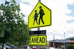 Segno giallo dell'incrocio di zona della scuola fotografie stock libere da diritti