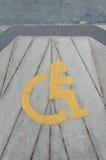Segno giallo di handicap sul modo di strada fotografia stock libera da diritti