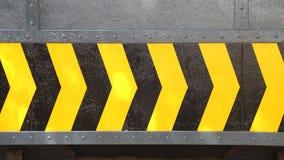 Segno giallo e nero della freccia sul piatto d'acciaio Immagine Stock