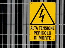 Segno giallo per attenzione ad alta tensione del pericolo nella centrale elettrica 2 Fotografia Stock Libera da Diritti