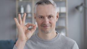 Segno giusto da Gray Hair Man soddisfatto video d archivio