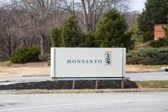 Segno globale delle sedi di Monsanto all'entrata della città universitaria Fotografia Stock Libera da Diritti