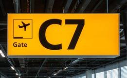 Segno illuminato all'aeroporto con il numero del portone Fotografie Stock
