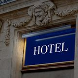 Segno illuminato dell'hotel Immagini Stock Libere da Diritti