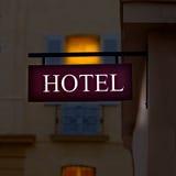 Segno illuminato di porpora dell'hotel Fotografia Stock Libera da Diritti