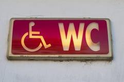 Segno illuminato toilette di handicap fotografia stock libera da diritti