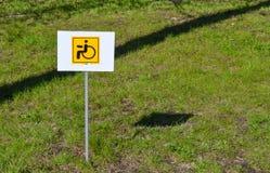 Segno invalido giallo Aiuto sociale Cura per la gente con le inabilità fotografia stock libera da diritti