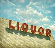 Segno invecchiato ed indossato del negozio di alcolici dell'annata Fotografie Stock Libere da Diritti