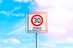 Segno limite di velocità a 30 Fotografia Stock Libera da Diritti