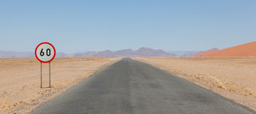 Segno limite di velocità ad una strada del deserto in Namibia Fotografie Stock Libere da Diritti