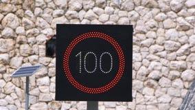 Segno limite di velocità con velocità che individua radar e pannello solare video d archivio