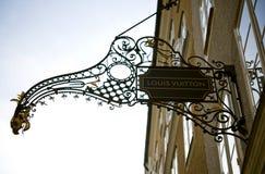 Segno Louis Vuitton del negozio nel Getreidegasse a Salisburgo fotografia stock