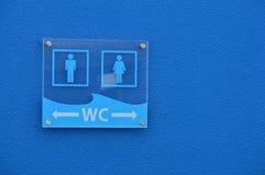 Segno moderno della toilette pubblica Fotografie Stock Libere da Diritti