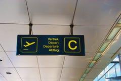 Segno multilingue di partenza dell'aeroporto Fotografia Stock Libera da Diritti