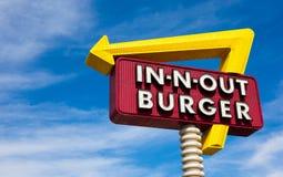 Segno in--n-Fuori dell'hamburger davanti a cielo blu Immagini Stock Libere da Diritti