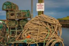Segno: Nessun nuoto nel porto - ed alcune trappole del pesce immagini stock libere da diritti