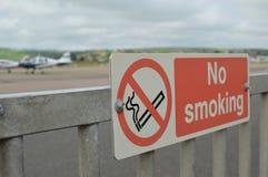 Segno non fumatori all'aeroporto Immagini Stock Libere da Diritti