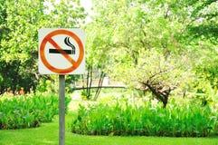 Segno non fumatori del metallo Fotografia Stock Libera da Diritti