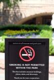 Segno non fumatori fuori del museo di storia naturale Fotografia Stock Libera da Diritti