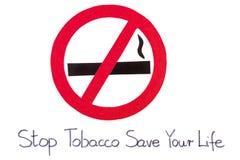 Segno non fumatori rotondo rosso, risparmi del tabacco di arresto la vostra vita Fotografie Stock