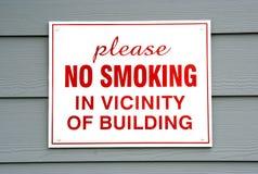 Segno non fumatori su costruzione Fotografia Stock Libera da Diritti