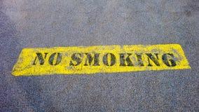 Segno non fumatori su pavimentazione Fotografia Stock