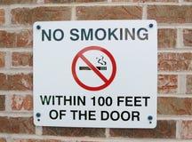 Segno non fumatori su un muro di mattoni Immagini Stock Libere da Diritti
