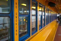 Segno non fumatori sul traghetto di Staten Island, NYC Fotografia Stock Libera da Diritti