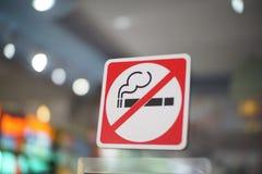 Segno non fumatori sulla porta dello specchio Fotografia Stock Libera da Diritti