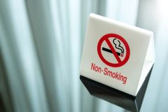 Segno non fumatori sulla tabella Immagine Stock Libera da Diritti