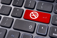 Segno non fumatori sulla tastiera, per i concetti contro il fumo. Fotografia Stock