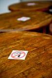 Segno non fumatori sulle tabelle Fotografia Stock