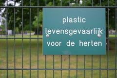 Segno olandese che avverte la gente di non alimentare a cervi la plastica Immagine Stock
