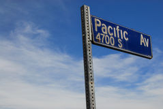 Segno pacifico del viale contro Sunny Socal Sky Fotografia Stock
