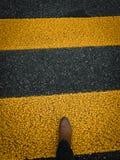 Segno pedonale su pavimentazione con lo stivale di cuoio marrone fotografia stock libera da diritti