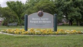 Segno per Benito Juarez Parque de Heroes, Dallas City Park a Dallas, il Texas fotografia stock libera da diritti