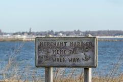 Segno per il modo di Mariner Memorial Walk del commerciante fotografia stock libera da diritti