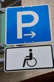 Segno per il posto-macchina di handicap in Germania immagine stock libera da diritti