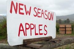 Segno per le vendite della mela del bordo della strada Immagine Stock Libera da Diritti