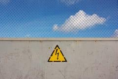 Segno pericoloso, alta tensione e griglia Il pericolo della morte Immagine Stock Libera da Diritti