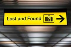 Segno perso e trovato all'aeroporto Fotografie Stock Libere da Diritti