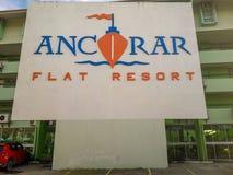 Segno piano di logo della località di soggiorno di Ancorar su fondo bianco stampato sulla parete a Oporto de Galinhas, Brasile immagini stock libere da diritti