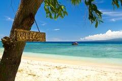 Segno positivo alla spiaggia di paradiso e mare sull'isola Fotografie Stock Libere da Diritti